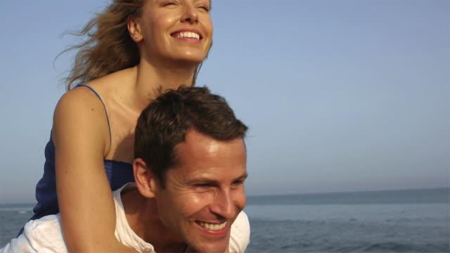 vídeos y material grabado en eventos de stock de slow motion close up of playing couple on beach/marbella region, spain - novio relación humana