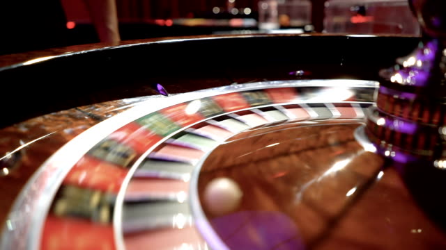Slow motion close-up van het roulette wiel spinnen