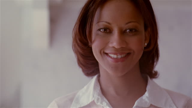 vídeos de stock, filmes e b-roll de slow motion close up portrait woman smiling/ solebury, pennsylvania - 30 34 anos
