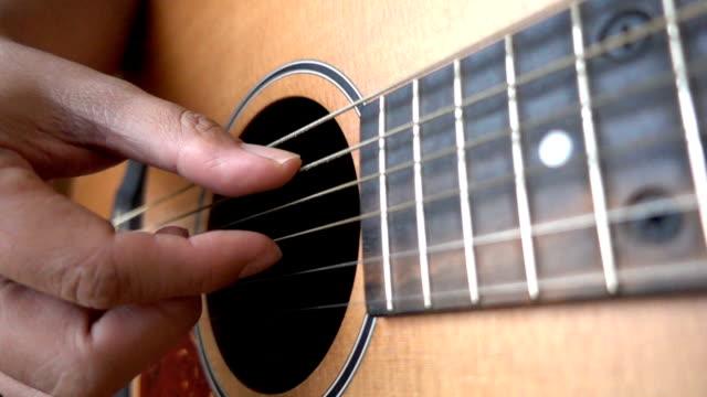 HD-Zeitlupe: Nahaufnahme des Video von Gitarristen Hände