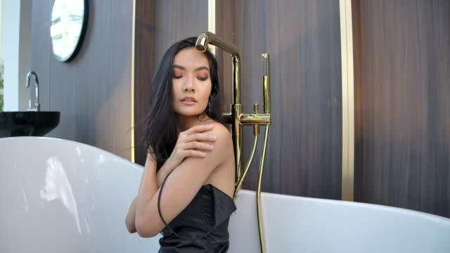 4k slow motion close up junge frauen gesicht und entfernen kleidung tun eine sexy pose in der dusche - frau entkleiden stock-videos und b-roll-filmmaterial