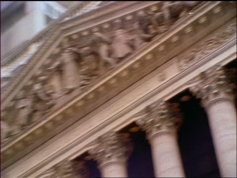 vídeos y material grabado en eventos de stock de slow motion close up zoom out pan new york stock exchange on wall street / new york city - entabladura
