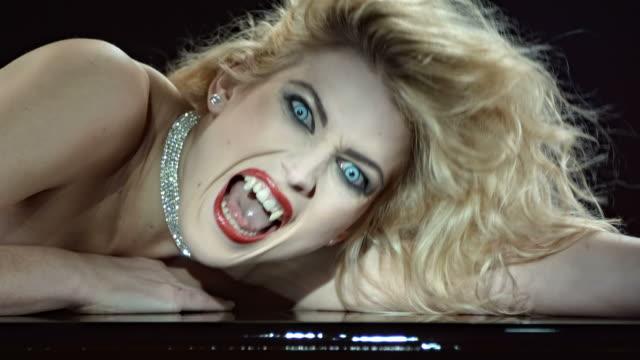 HD-Zeitlupe: Nahaufnahme eines schönen Vampir
