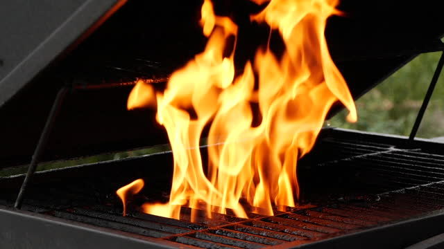 vídeos de stock e filmes b-roll de slow motion closeup of burning fire flame on grill - hd format