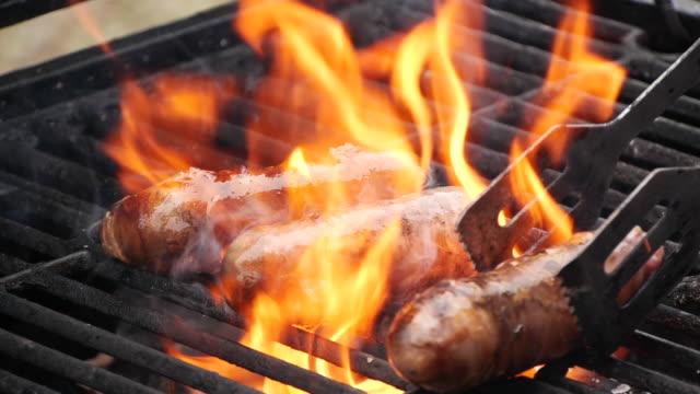 vidéos et rushes de saucisses rapprochées au ralenti cuites sur le gril - saucisse