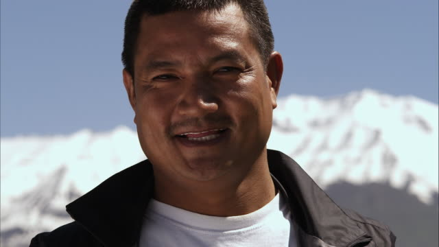slow motion close-up shot of a smiling middle-aged asian man - オレム点の映像素材/bロール