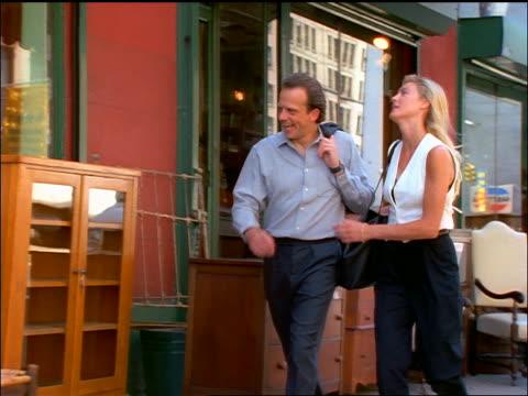 vídeos de stock, filmes e b-roll de slow motion couple shopping for furniture on nyc sidewalk - antiquário loja