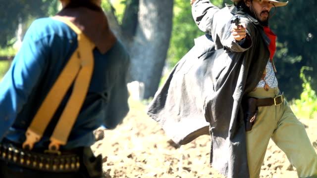 スローモーションカウボーイは敵に銃を描く - 銃点の映像素材/bロール