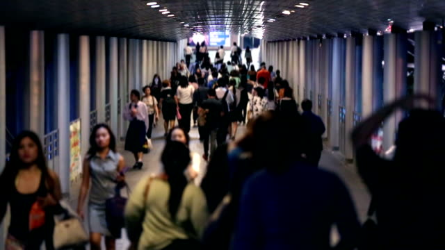vídeos de stock, filmes e b-roll de hd câmera lenta:  multidão na estação de metrô para moderna vida da cidade de fundo - estação