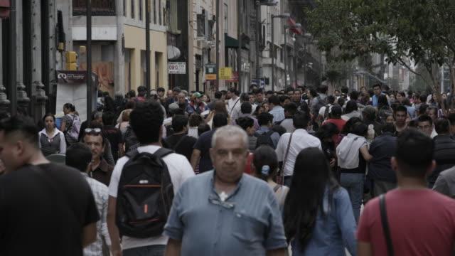vídeos y material grabado en eventos de stock de slow motion, crowd in mexico city - grupo organizado