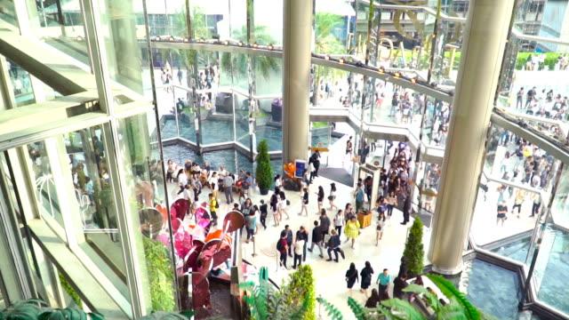 Zeitlupe: Masse der Reisenden kommt zum Einkaufszentrum