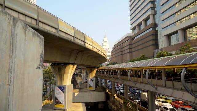 vídeos de stock, filmes e b-roll de multidão de câmera lenta, andando sobre o viaduto - viaduto entroncamento