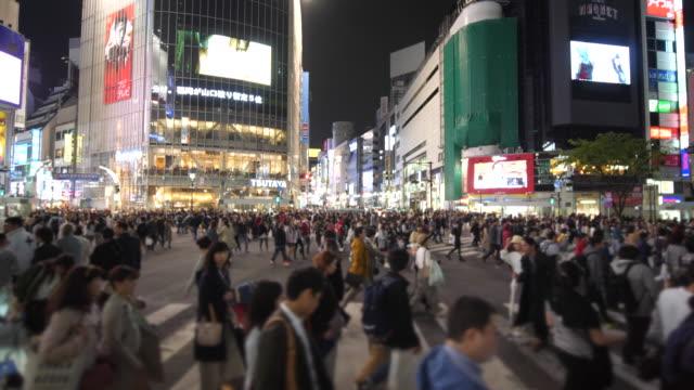 vídeos de stock, filmes e b-roll de câmera - lenta multidões de pessoas andando na faixa de pedestres - passagem de pedestres