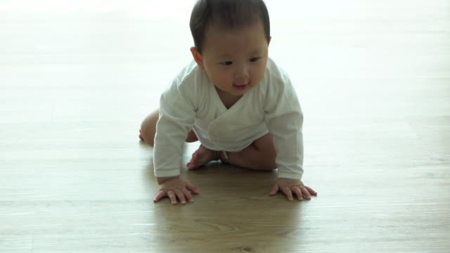 ms slow motion cute baby crawling - 這う点の映像素材/bロール