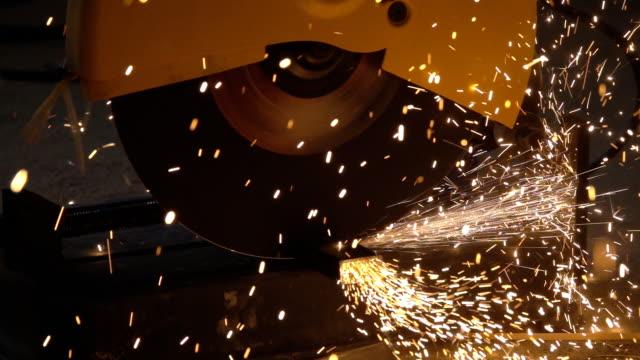 Slow-Motion Schneiden von Stahl