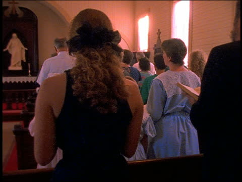 vídeos de stock e filmes b-roll de slow motion dolly shot of people standing in church / sit and pray - sentar se