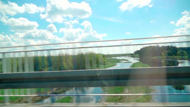 al rallentatore: guida un'auto ponte e fiume - interno di automobile video stock e b–roll