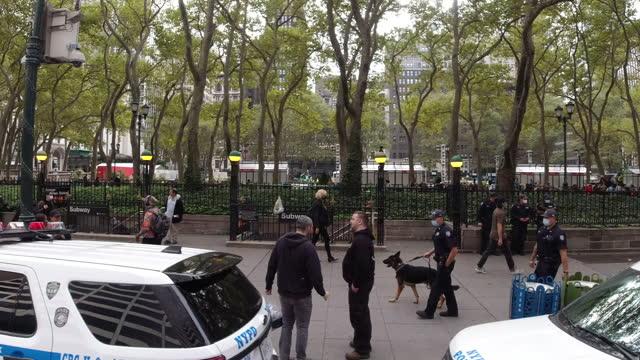 slow motion driving shot of nypd and pedestrians walking outside the bryant park in new york city amidst the 2020 global coronavirus pandemic. - ansvar bildbanksvideor och videomaterial från bakom kulisserna