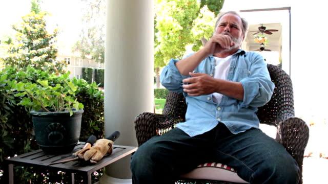 vídeos de stock, filmes e b-roll de câmera lenta cotovelo dor - articulação humana termo anatômico