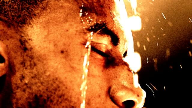 vídeos de stock e filmes b-roll de slow motion extreme close up water pouring over black boxer's face - cabeça humana