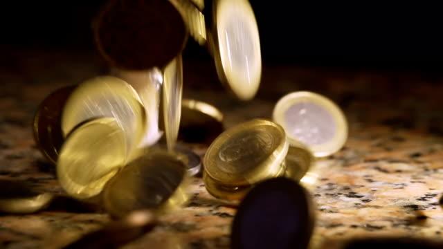 vídeos de stock e filmes b-roll de câmara lenta queda de moedas - european union coin
