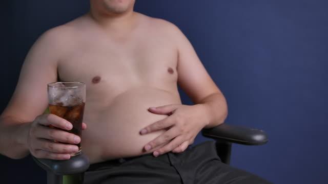 vídeos y material grabado en eventos de stock de slow motion fat asian asian men - colesterol