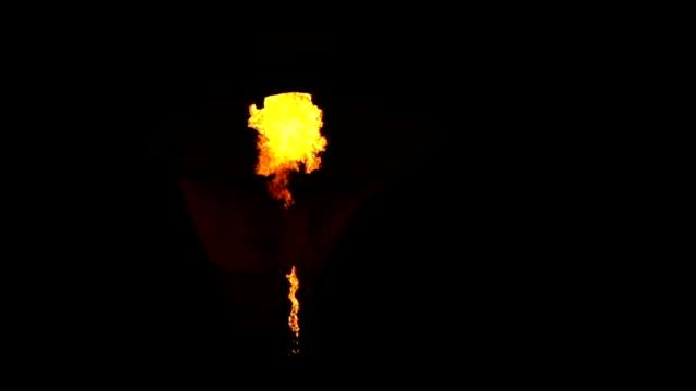 vídeos de stock, filmes e b-roll de câmera lenta, fogo queimando energia de balão de ar quente - festa do balão de ar quente