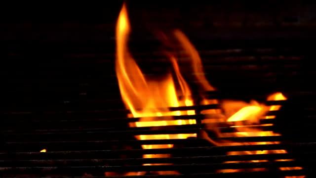 vídeos de stock, filmes e b-roll de câmera lenta preparação de carvão despedido fot coreia churrasco cozinha - grill