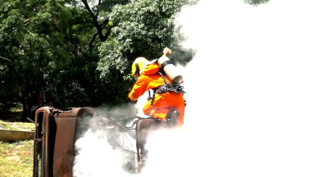 zeitlupe feuerwehrmann holding beil versuchen zu helfen, katastrophen-opfer aus dem autounfall - retter rettungsaktion stock-videos und b-roll-filmmaterial