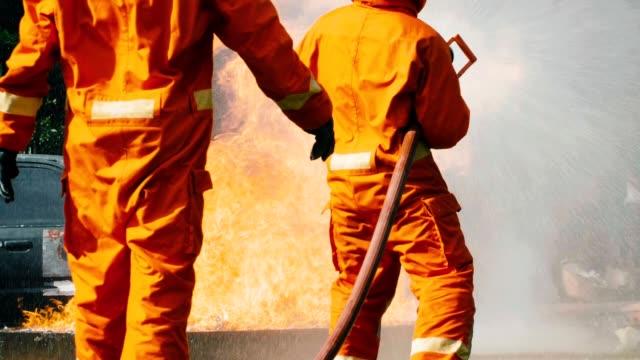 stockvideo's en b-roll-footage met slow motion: brandweerman opleiding voor noodgevallen - bord in geval van nood