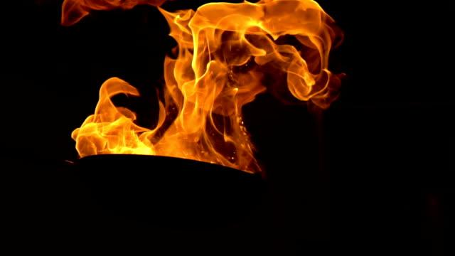 slow-motion flammenden stir fry - cooker stock-videos und b-roll-filmmaterial