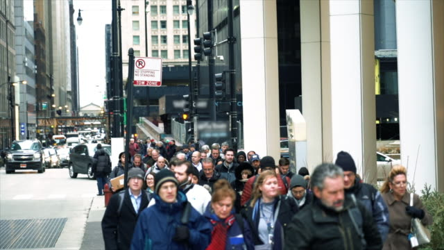 vídeos y material grabado en eventos de stock de 4k cámara lenta, multitud de peatones caminando en la calle en hora punta entre edificios modernos en chicago, illinois, estados unidos, negocios y el concepto de la cultura americana - explosión demográfica