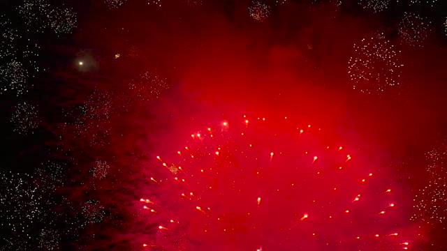 お祝いの花火大会の中からドローンの視点からのスローモーション映像 - firework display点の映像素材/bロール