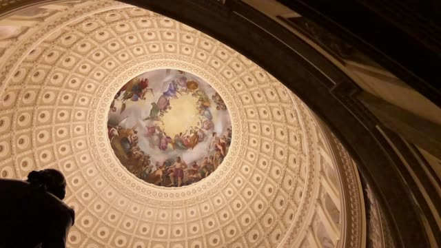 a slow motion footage of a statue of george washington stands in the rotunda of the us capitol december 21 2017 washington dc - kuppeldach oder kuppel stock-videos und b-roll-filmmaterial