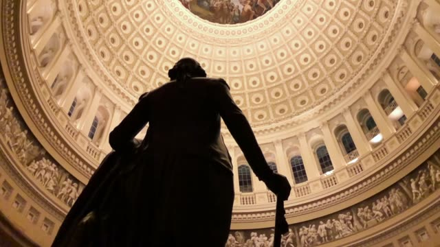 vídeos de stock e filmes b-roll de a slow motion footage of a statue of george washington stands in the rotunda of the us capitol december 21 2017 washington dc - george washington