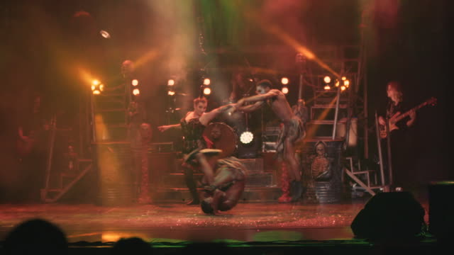 slow motion footage of an acrobatic troupe performing impressive feats in a circus show - musical burlesco video stock e b–roll