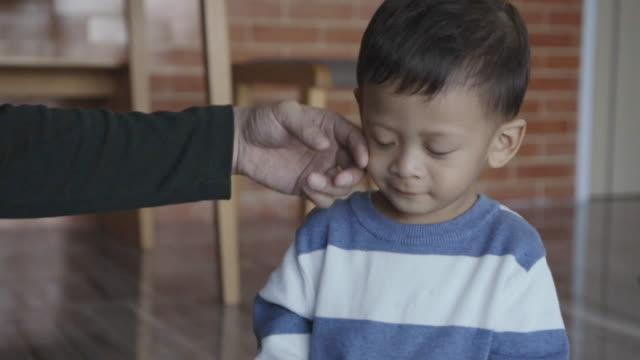 vídeos de stock, filmes e b-roll de 4k lento imagens motion de asiático pai solteiro, amando e cuidando o rapaz cheio de vida de felicidade em casa apartamento moderno de autoaprendizagem ou casa conceito escola, família e infância - bebês meninos
