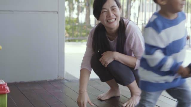 vidéos et rushes de 4k slow motion métrage de chaussure asiatique seule maman ware à fils plein de vie de bonheur dans la maison loft moderne pour l'auto-apprentissage ou l'école à la maison, la famille et le concept d'enfance - nurse