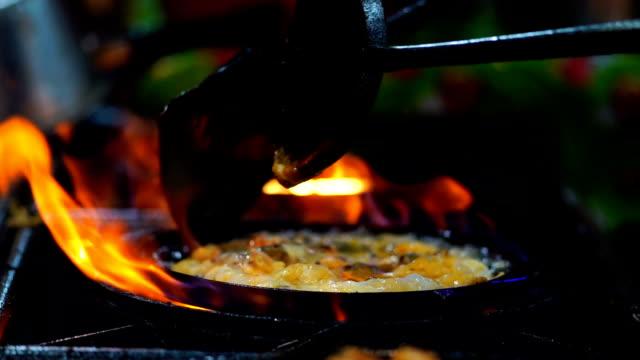 vídeos y material grabado en eventos de stock de cámara lenta imágenes de closeup cocinar camarones empanizados salteadas por la espada de la sartén sobre el pan, alimento de tradición de tailandia, comida asiática, clip fhd - colesterol