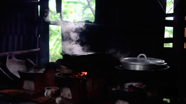七輪と閉じる蓋の鍋で炊飯米のスローモーション映像を 4 k、準備料理と伝統的な料理のコンセプト - 沸騰する点の映像素材/bロール