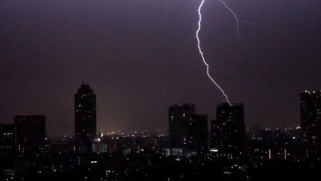 vídeos de stock, filmes e b-roll de imagens de câmera lenta 4k de relâmpago com nuvens de tempestade a noite sobre o bangkok cityscape rio lado, tailândia, natureza e paisagem urbana conceito - relâmpago