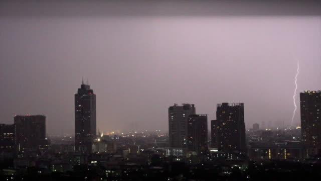 バンコク都市景観川側、タイ、自然と都市景観概念上夜雷雨の雲と雷の 4 k スローモーション映像 - 集中豪雨点の映像素材/bロール