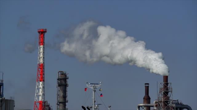 蒸気煙、工場、業界と汚染の概念を持つ石油精製所のインダストゾーンの4kスローモーション映像 - 原子炉点の映像素材/bロール