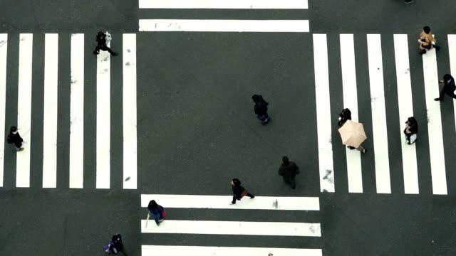 vídeos y material grabado en eventos de stock de movimiento lento de fhd imágenes de personas y coche multitud con vista areial pedestrains esquina cruz a pie ginza cruce de peatones - paso de cebra