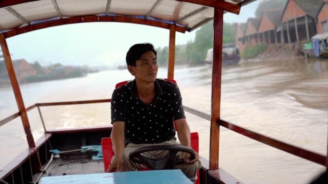 4K Slow motion beelden van Vietnamese mens passagiersschip roeien in traditionele markt op poort van Cai Rang drijvende markt, kan Tho provincie, Mekong Delta, Vietnam, vervoer en merchandise concept