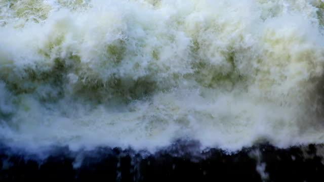Slow motion beelden bovenaanzicht van hydro-elektrische Dam Noodoverlaat in Thailand