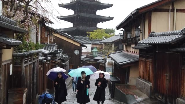 vídeos de stock e filmes b-roll de slow motion footage tourism walking on the alley of kiyomizu zaka during raining - pagode