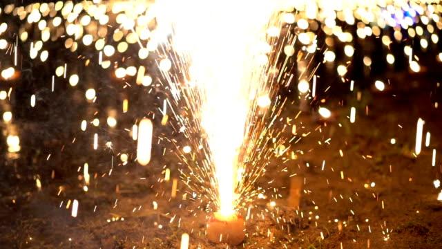 vídeos de stock, filmes e b-roll de câmera lenta de cu fonte de fogo de artifício no solo de loi kratong festival na tailândia - evento de entretenimento