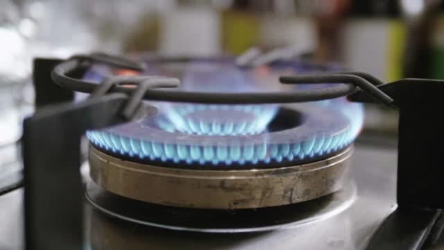 Zeitlupe: Gas-Kochfelder zu Hause.