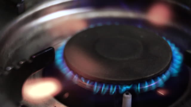 スローモーション:ガスストーブクローズアップショット - ガスコンロ点の映像素材/bロール